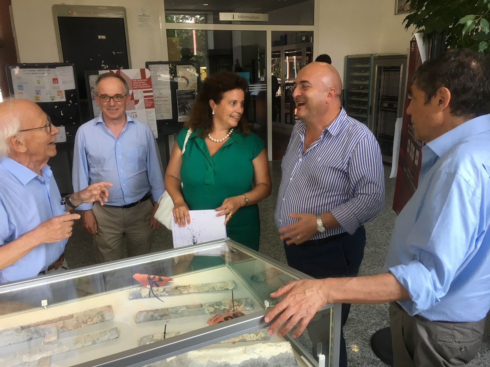 Ettore Fiorini, Giuseppe Gorini, Giovanna Iannantuoni, Marco Paganoni e Daniele Pedrini all'ingresso del Dipartimento di Fisica